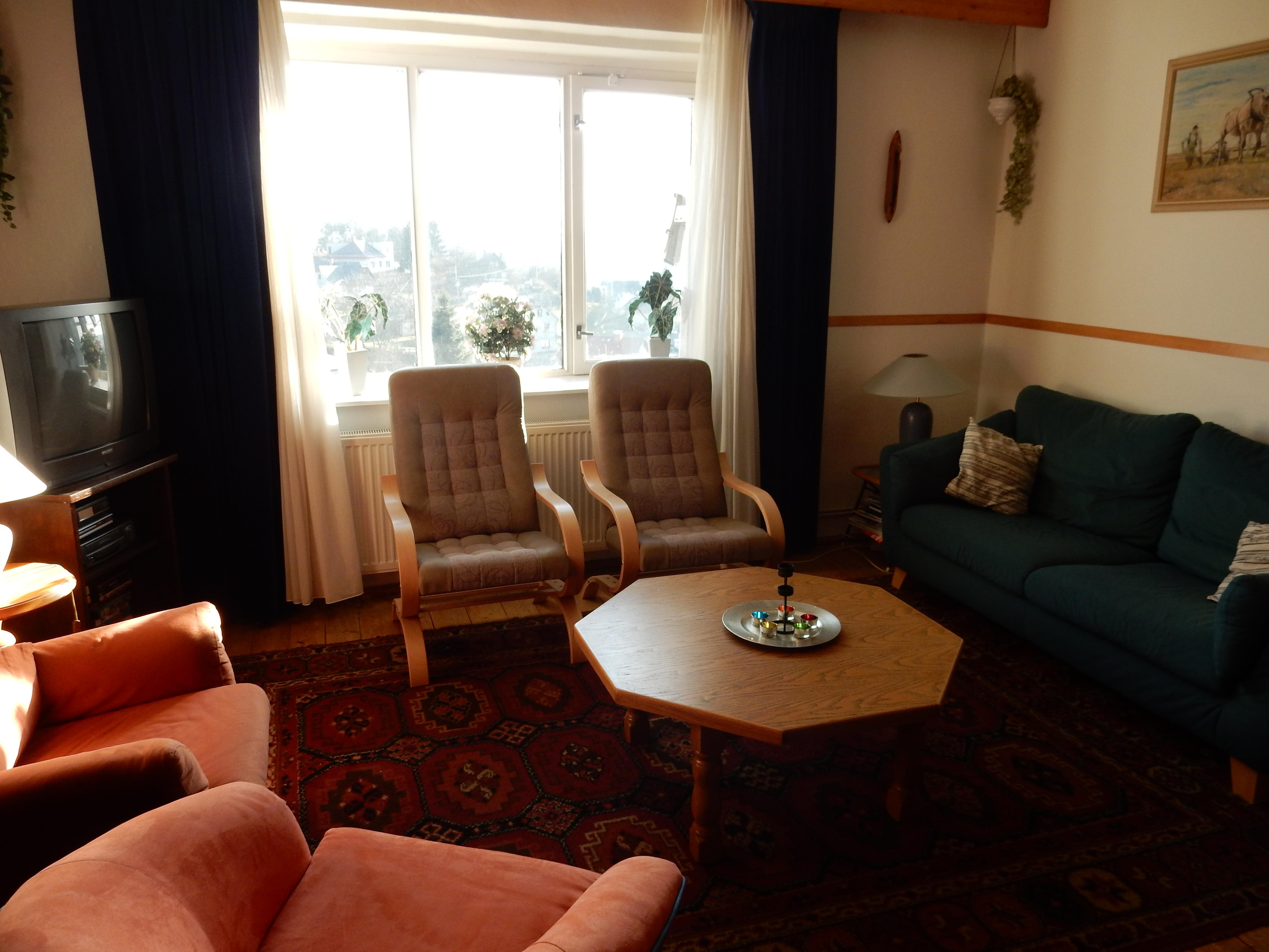 De eerste verdieping met het woongedeelte, de keuken en de badkamer ...