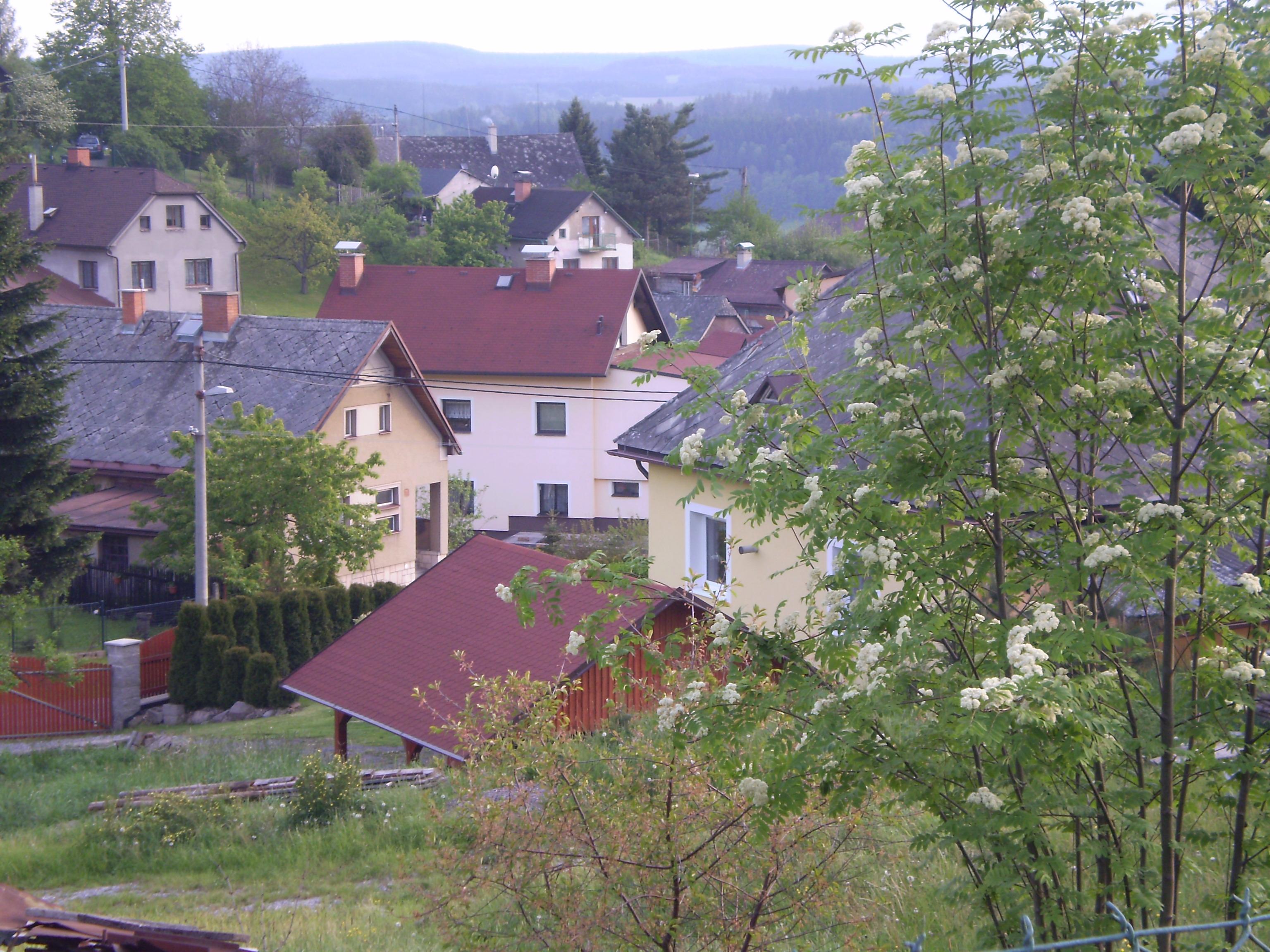 het dorp rechts van het huis