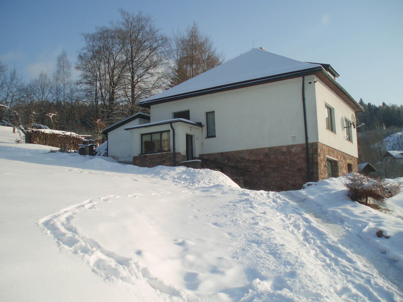 ons huis bedolven onder de sneeuw